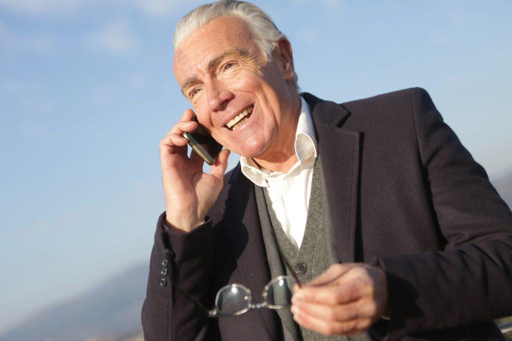 monsieur au telephone